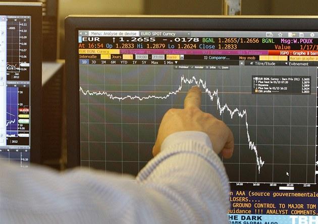Spekulace o chystaném sní�ení ratingu Francie srazily v pátek euro na 16m�sí�ní