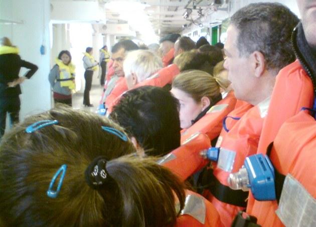 Záb�r z bezpe�nostního cvi�ení na lodi Costa Concordia.