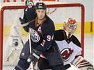 P�ed brank��em New Jersey Johanem Hedbergem otravuje Ryan Smyth z Edmontonu.