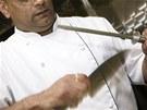 Práce s ocílkou patří k základům kuchařského řemesla.