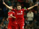 JE TAM! Steven Gerrard z Liverpoolu se raduje z proměněné penalty v pohárovém utkání s Manchesterem City.