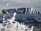 Vrak lodi Costa Concordia nedaleko tosk�nsk�ho ostrova Giglio (18. ledna 2012)