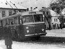 První z trolejbusů, Škoda 7Tr, na zastávce v Lázních Bohdaneč při zahájení