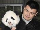 """Yao Ming, bývalý hráč NBA, s jednou z pand vypuštěných do """"Pandího údolí"""", aby"""