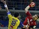 Pavel Horák (vpravo) střílí na švédskou branku. Zabránit se mu v tom snaží Tobias Karlsson.