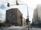 P�vodn� n�vrh nov� budovy v Revolu�n� ulici se jmenoval Novoml�nsk� br�na. Autory n�vrhu byli architekti z kancel��e DaM architekti.