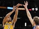 JE TO TAM, JE TO TAM! Derek Fisher z LA Lakers střílí přes Dirka Nowitzkého z