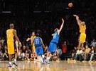Derek Fisher (zcela vpravo) z LA Lakers dává rozhodující koš utkání s Dallasem.