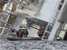 Z�chran��i k ned�ln�mu r�nu zachr�nili z potopen� lodi t�i lidi (15. ledna 2012)