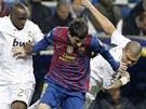 NECHTE M� B�T. Lionel Messi z Barcelony (uprost�ed) prch� p�ed Lassanou Diarrou