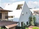 Sedlová střecha, bílá barva a pohoří na obzoru - to vše inspirovalo k