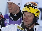 ZASLOU�ENÝ ÚSM�V. Ivica Kosteli�, chorvatský vít�z slalomu ve Wengenu (vpravo),