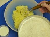 Sypkou směs přidejte k jemně nastrouhaným vařeným bramborám a mlékem zadělejte