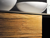 Detail dvířek z masivního dřeva