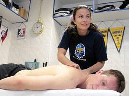 PŘI PRÁCI. Masérka Bára Krajsová ulevuje od zdravotních trablů jednomu ze svých kladenských pacientů.