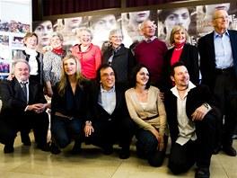 Děti Nicholase Wintona s režisérem Matějem Mináčem (uprostřed dole) a herci