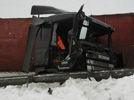 Poničený polský kamion po nehodě v Mostech u Jablunkova na Frýdecko-Místecku.