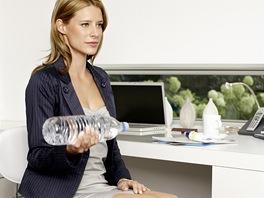 Za pevnými bicepsy nemusíte běžet do fitka, posilovat se dá i s láhví vody u