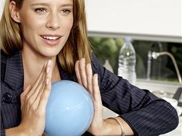 Malý míč tzv. overall využijete na posílení hrudníku, paží a stehen.