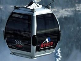 Moderní kabinky vyvážejí lyžaře na Velký Javor.
