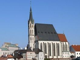 Český Krumlov, pohled na kostel sv. Víta a zámeckou věž (vlevo) z ulice Nad
