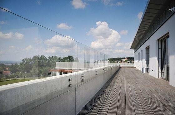 Detail terasy v patře. Zdálky téměř neviditelné tabule z čirého bezpečnostního