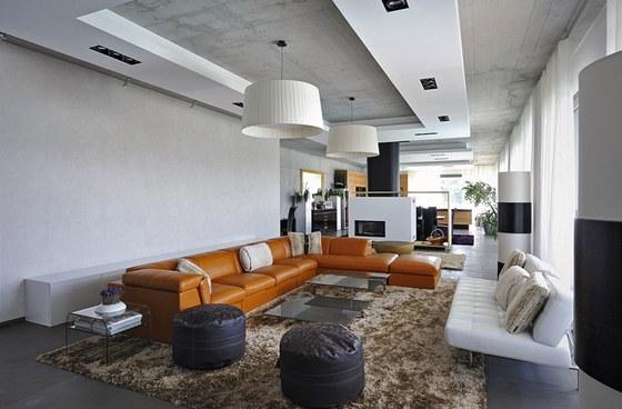 Společný obývací prostor má vzhledem ke své velkorysé ploše výšku stropu