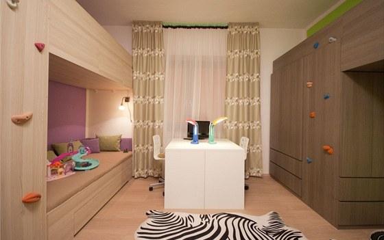 V novém dětském pokoji jsou už nachystané i dva pracovní stolky.