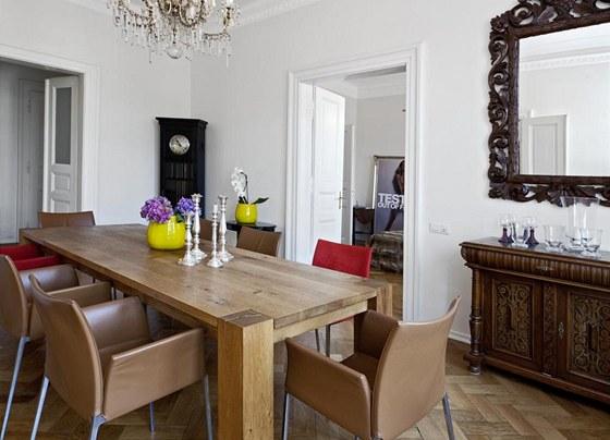 Jídelna je na první pohled středem bytu, lze do ní vstoupit jak z obývacího