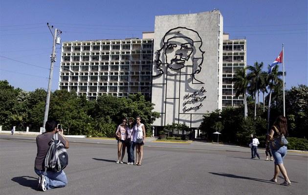 Turisté se fotí u budovy kubánského ministerstva vnitra v Havaně, na níž se