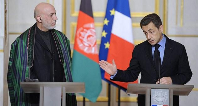 Francouzský prezident Nicolas Sarkozy (vpravo) a jeho afghánský prot�j�ek Hamíd