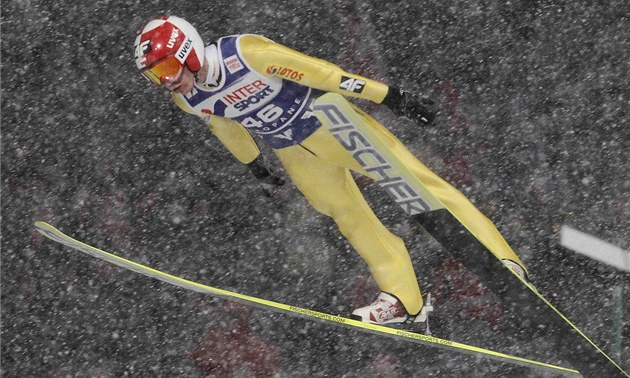 Polský skokan Kamil Stoch si letí pro vítězství v závodu Světového poháru v