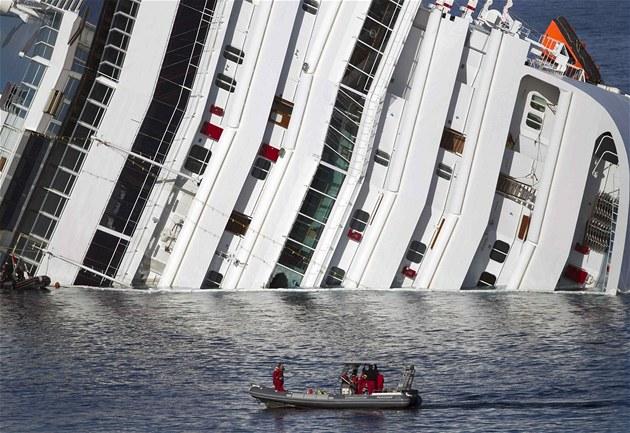 Záchranáři u vraku lodě Costa Concordia.