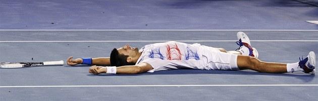 VÍTĚZ. Novak Djokovič slaví vítězství nad Andym Murraym v dramatické téměř