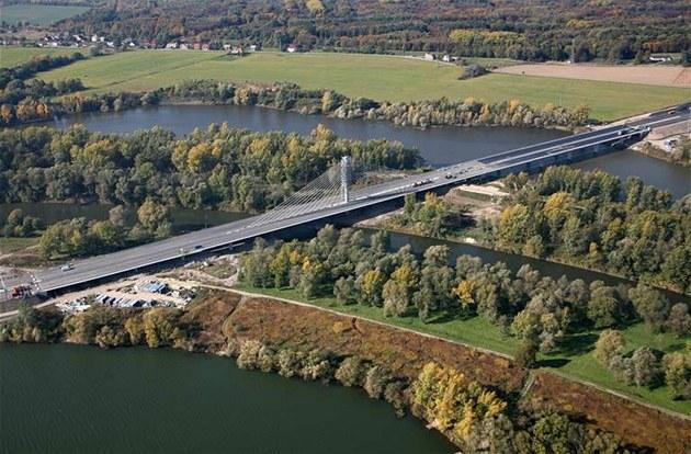 Zav�ený most je sou�ástí úseku dálnice D47, p�ekonává �eku Odru a Anto�ovické