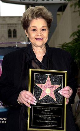 Etta Jamesov� se svou hv�zdou z hollywoodsk�ho chodn�ku sl�vy. M� po�adov�