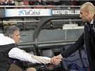 HODN� �T�ST�. Jos� Mourinho, tren�r Realu (vlevo), si pot��s� rukou s Pepem