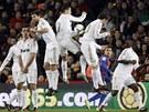 MADRIDSK� ZE�. Fotbalist� Realu Madrid blokuj� p��m� kop Daniho Alvese.
