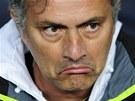 JAK NA BARCELONU? Jos� Mourinho, kou� fotbalov�ho Realu Madrid, k�iv� tv��