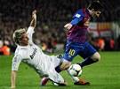 MUSEL FAULOVAT. Fabio Coentrao z Realu Madrid (vlevo) nedovolen� zastavuje
