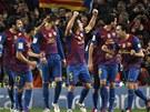 VEDEME! Fotbalist� Barcelony oslavuj� branku Daniho Alvese, kter� v utk�n� s