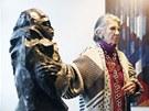 Meda Mládková ukazuje sochu Otto Gutfreunda Úzkost z roku 1912. (25. ledna 2012)