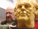 Sochař Jindřich Roubíček s bustou slavného spisovatele Josefa Škvoreckého.
