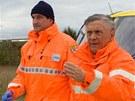 Záchranáři Jaroslav Dulava (vlevo) a Petr Kostka při natáčení seriálu Sanitka 2