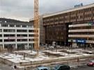 Opuštěné staveniště na Mírovém náměstí v Ústí nad Labem. Vpravo budova