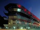 Zejména večerní efektní osvětlení vyvolává dojem velké lodi.