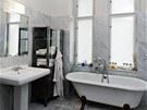 Koupelna obložená mramorem se jako jediná místnost v bytě obešla bez