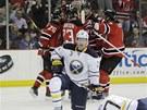 Hokejist� New Jersey se raduj� z g�lu v z�pase s Buffalem. Zcela vlevo v jejich