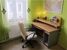 V ložnici zbylo místo na pracovní kout. Stůl je původní.