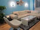 Obývací pokoj je laděný do modré, bílé a dřeva.